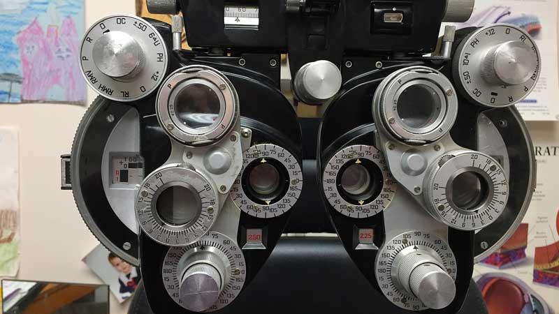 Ophtalmologiste : les yeux dans les yeux